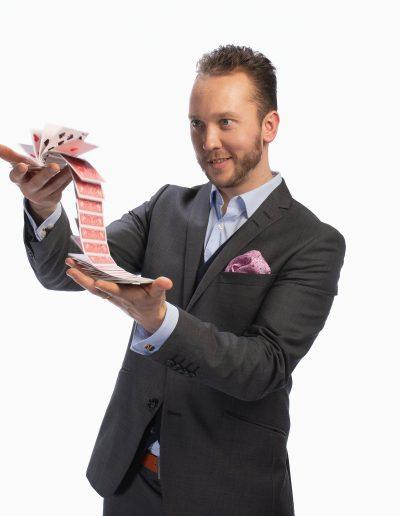 kortit harmaa 01 taikuri herra koskinen
