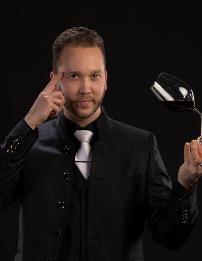 viini musta 02 jonglööri taikuri lauri koskinen